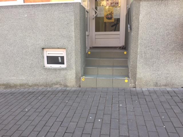 Vstup do prodejny se čtyřmi schody